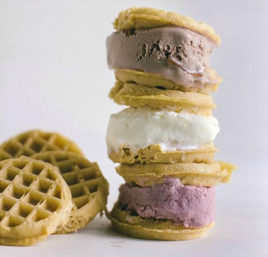 Βάφλα με παγωτό και σοκολάτα